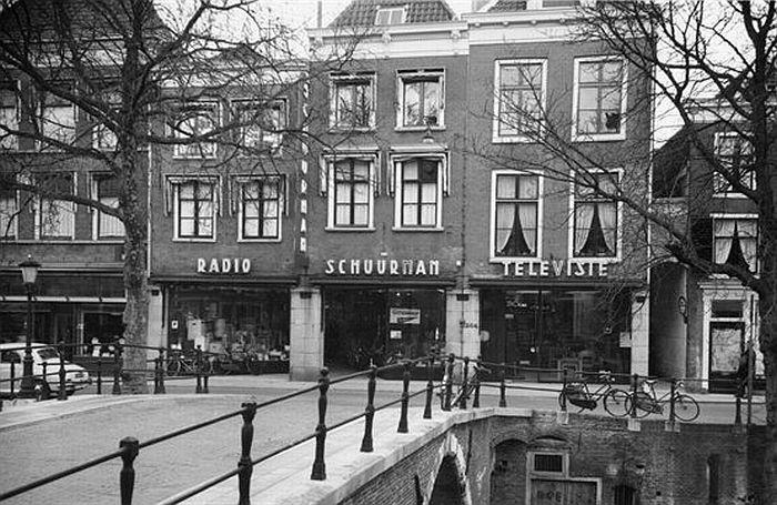1962. Radio Schuurman a.d Oudegracht, waar Utrecht zijn 1e TV, platenspeler en koelkast kocht (HUA)