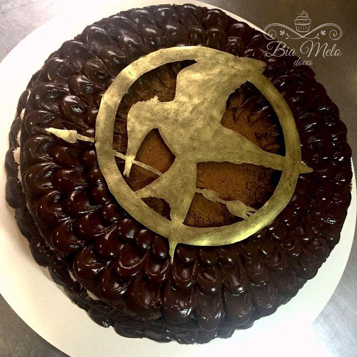 The Hunger Games Cake  Bolo prestígio, cobertura ganache meio amargo, decoração chocolate