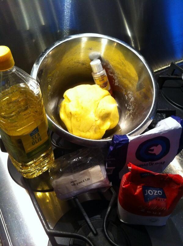 Recept zelfgemaakte speelklei: 400 gr bloem, 200 gr zout, 3eetl slaolie, 1afgestr eetl aluinpoeder(drogist), door elkaar, 450 ml kokend water erbij, mixen met mixer. Dan met hand doorkneden. Voedingskleurstof of bietensap voor kleurtje. Drupje etherische (lavendel,rozen)olie voor lekker geurtje.Lydia Mijnhardt