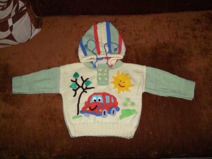 Sweterek zrobiony na drutach dla wnusia. Dodane elementy zrobione na szydełku, wycięte z cieniutkiego filcu i gotowe aplikacje.