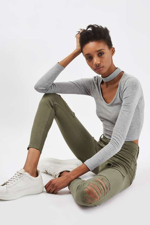 In a cool high-waisted fit, the MOTO Jamie is the original rock n' roll skinny jeans that we fell in love with all those years ago. Crafted from a super-stretchy khaki cotton blend, for our signature soft denim feel, the iconic style includes multiple pockets, a top button fly and super rip details for an edgy vibe. #Topshop
