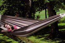 PARADISO CAFE HÄNGMATTA  Paradiso är en typisk brasiliansk familje-hängmatta som är vävd av extra tjockt bomullstyg. De extra tjocka snörena på ändarna sätts fast för hand med ett vävt band så att hängmattans ändar blir starkare och därmed håller extra länge.  Den är hela 175 cm bred så här finns det gott om plats för familjemedlemmarna eller den som vill ha extra utrymme åt sig själv. Vi brukar säga att ju större hängmatta desto skönare är den.