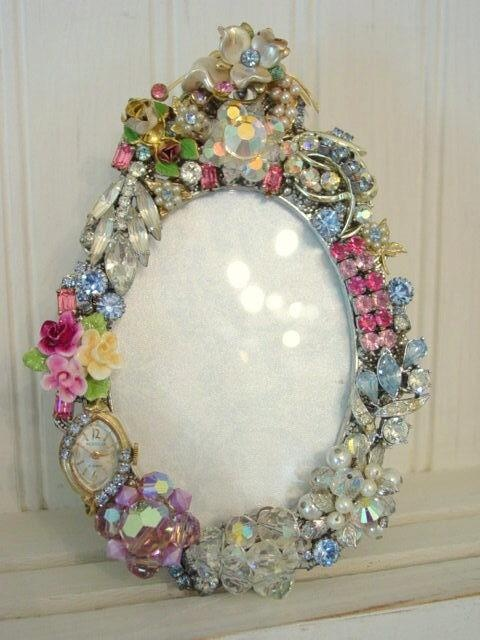 DIY:: Frame From Vintage Jewellery /// .... Click to see , MORE ideas too !