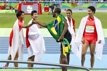 男子400メートルリレー決勝 レースを終えジャマイカのボルト(中央)と握手する(左から)山県、桐生、ケンブリッジ、飯塚