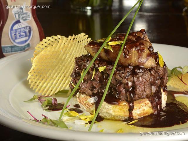 Hambúrguer Rossini – 180g de hambúrguer de filé mignon na chapa acompanhado de pão brioche e o foie gras, regado com o molho de vinho e decorado com as batatas gaufrette.