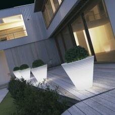 Il vaso luce Africa si caratterizza per la sua forma originale a cono e la presenza di linee sinuose e arrotondate. Diffonde una luce tenue e piacevole l'ideale per impreziosire il vostro giardino o qualsiasi ambiente esterno.