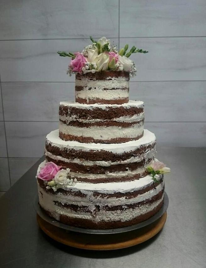 Naked cake, najpopularniejszy tort weselny minionego sezonu. Nietypowy a jednocześnie elegancki.