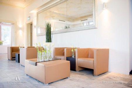 Een caramelkleurige lounge geeft sfeer aan de ontvangstruimte   Caramel-colored lounge gives the lobby ambience