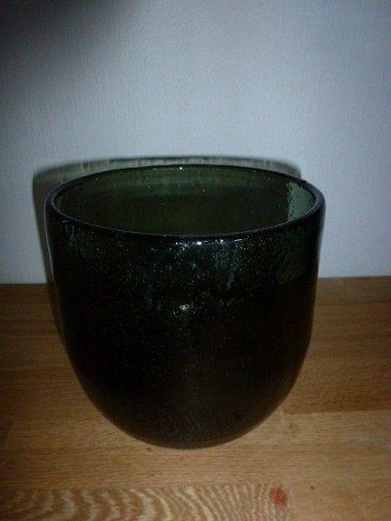 Håndblåst usignert grønn glassbolle, høyde ca. 16 cm, diameter ca. 15,5 cm. Pris kr. 200