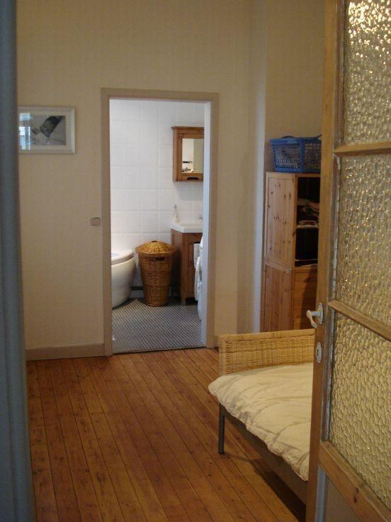 Meer dan 1000 idee n over houten vloer badkamer op pinterest kleine keuken opnieuw doen - Keramische inrichting badkamer ...