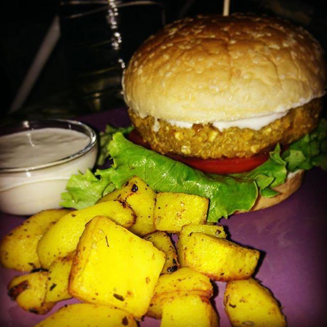 📌 Quinoa burger, potatoes with thyme&turmeric and garlic aquafaba mayo! A taste bomb! I ate three of this! 🍔 Kinoa burger, kekik ve zerdecalli patates ve sarimsakli aquafaba mayonez! Lezzet bombasi! Bundan tam uc tane yedim! 🍔 🌯 💕 🔹 🔸 🔺 🔻 🔹 ▫️ 🔻 #vegan #veganism #veganfood #veganfoodshare #veganfoodporn #vegandinner #veganlife #vegangirl #vegansofig #vegansofinstagram #plantbased #plant #plants #kinoa #quinoa #veganburger #veganturkey #veganturkiye #vegantürkiye #veganaksamyemegi…