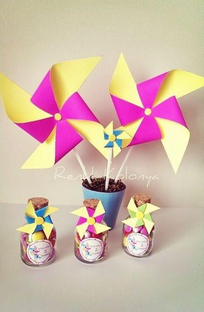 Rüzgar gülü konseptli 2 yaş doğum günü hazırlıkları :) İştar Çağla'nın minik misafirlerine hediyesi rüzgar güllü, içi bonibon dolu şişeler.. Siz nasıl olsun isterseniz, biz öyle hazırlarız :) kişiye özel konuşma balonlarımız... Bilgi ve sipariş için nilayayder@hotmai... ya da 0 532 407 27 97'den bize ulaşabilirsiniz. #pinwheel #ruzgargulu #bonibon #mantartipalisise