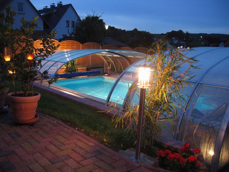 příjemný večer prožitý u bazénového zastřešení TROPEA od Alukovu