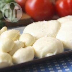 Faire de la délicieuse mozzarella fraiche C'est trop simple à faire pour s'en priver. Et, beaucoup moins cher que de l'acheter! La mozzarella fraiche est tellement bonne servi simplement sur une tranche de tomate avec une feuille de basilic frais et un filet d'huile d'olive. (VIDÉO)