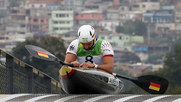 Der deutsche Kanu-Fahrer Hannes Aigner sammelt sich vor seinem Rennen © dpa Fotograf: Orestis Panagiotou