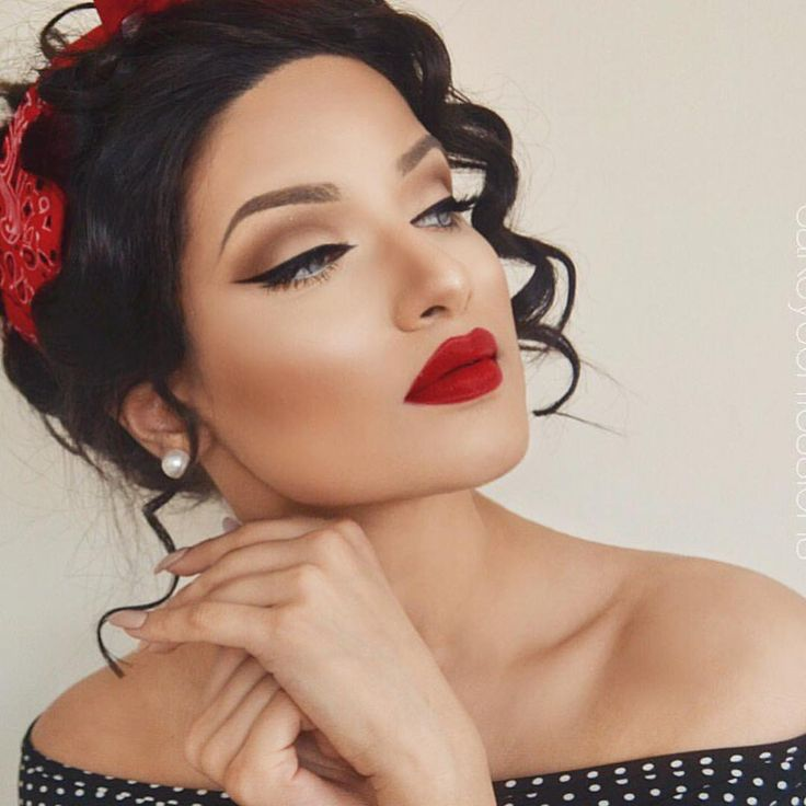 Pin Up Girl ❤️ @cakeyconfessions defined her crease with a medium brown and packed a cream color on her lid! So gorg Shop www.morphebrushes.com #morphegirl