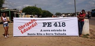 Políticos colocam menores de idade para trabalhar às margens da BR, em Serra TalhadaSERRA TALHADA - Crianças trabalham às margens da BR-232, nas proximidades do Parque de Exposições de Serra Talhada. O local recebe, nesta manhã, um ato com as presenças da presidente da República, Dilma Rousseff, e do governador de Pernambuco, Eduardo Campos. POSTADO ÀS 10:49 EM 25 DE MARÇO DE 2013 (Leia [+] clicando na imagem)