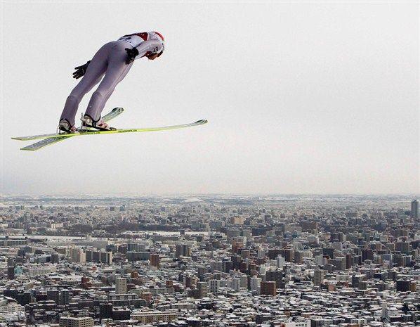 Le Polonais Kamil Stoch en pleine action à Sapporo, au Japon, dans le cadre de la Coupe du monde de saut à ski.