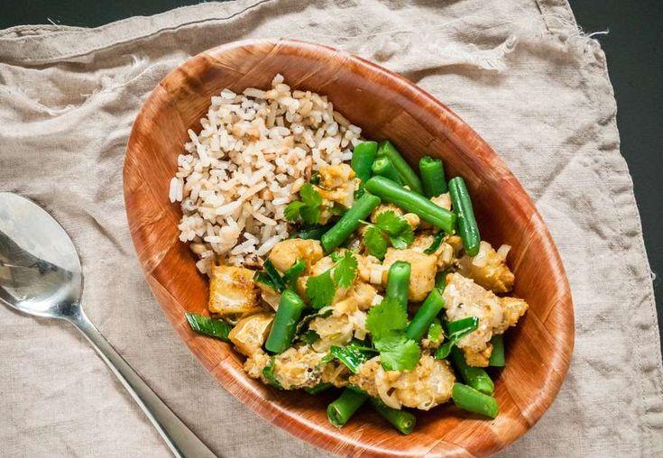 Recept voor thaise Viscurry voor 4 personen. Met water, olijfolie, meergranenrijst, kabeljauwfilet, Thaise roerbakgroente, sperzieboon, groene currypasta en kokosmelk