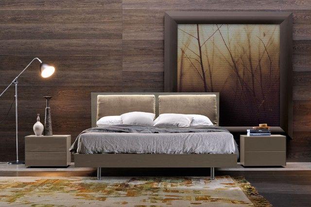 Royal Soft di Febal Casa è il letto che unisce al rigore della testata in frassino laccato opaco visone lux la morbidezza dei due cuscini in tessuto Avatar camoscio. Ha una forma semplice e lineare. www.febalcasa.com