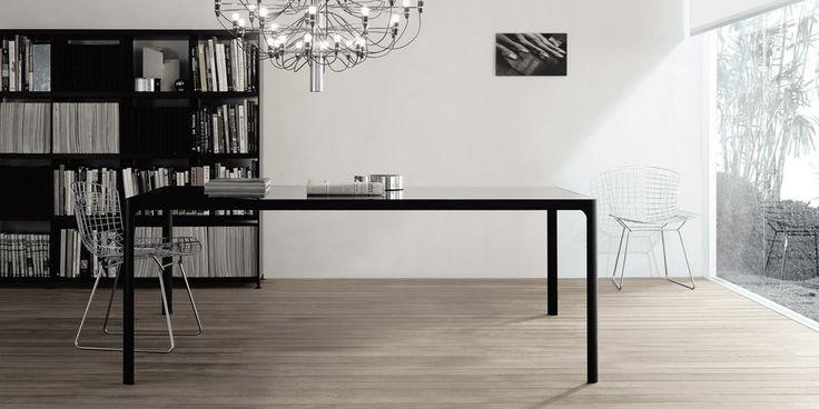 tavolo Flat struttura alluminio nero e piano vetro laccato lucido nero.