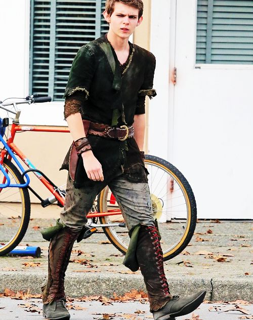 Ouat Peter Pan Actor | Great view of what Peter actually wears… in Storybrooke (Nov. 7th).