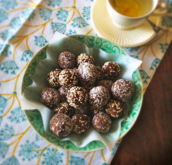 Deze heerlijke dadelballetjes (gemaakt door Ellen) zijn glutenvrij en bevatten geen toegevoegde suikers en kleurstoffen. Hak de dadels in een keukenmachine grof en doe er de amandelen, pindakaas en kaneel bij. Mix totdat de noten fijngehakt zijn. Draai van het mengsel balletjes en rol deze door de kokosrasp of sesamzaadjes. Laat ze een paar uur […]