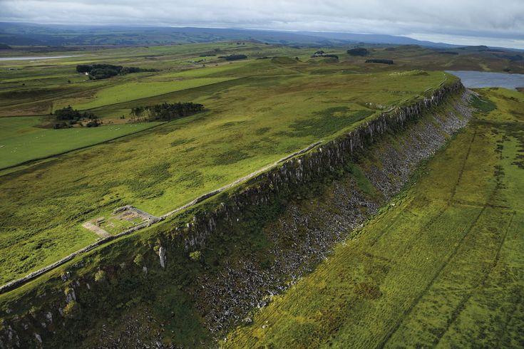El muro de Adriano entre Escocia e Inglaterra, contruído por los romanos, discurre paralelo a un risco cerca de Once Brewed. En su momento la muralla medía 4,50 metros de alto y se extendía 118 kilómetros, de costa a costa de Gran Bretaña y separaba a la provincia romana de Britania de los pueblos pictos del norte. Había secciones reforzadas por un profundo foso. Hoy hay un sendero abierto a lo largo del muro.