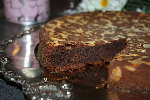 Torta al cioccolato di Nancy: Tritate il cioccolato, mettetelo in un pentolino, con il burro a pezzetti efatelo fondere su fuoco basso.In una terrina, lavorate a cr