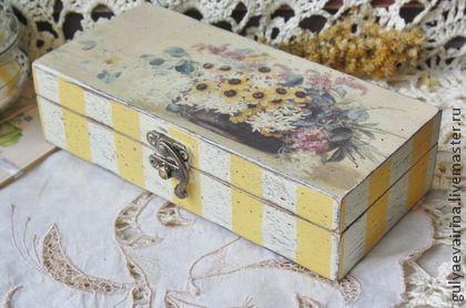 Шкатулка-купюрница. с букетом цветов и нежно-желтыми полосками. Можно использовать как купюрницу, или для хранения украшений, нужных мелочей. Выполнена в технике декупаж, полосы нарисованы акриловыми красками. Слегка состарена.