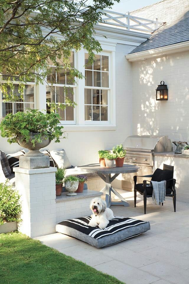 Love the freshness of this outdoor kitchen and seating area