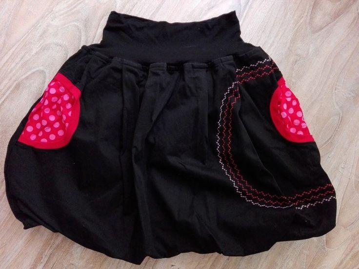 Sukně je ušita z velmi příjemné černé látky, je nemačkavá. Sukně je balónová, zdvojená - uvnitř spodnička. Má výrazné kaps...
