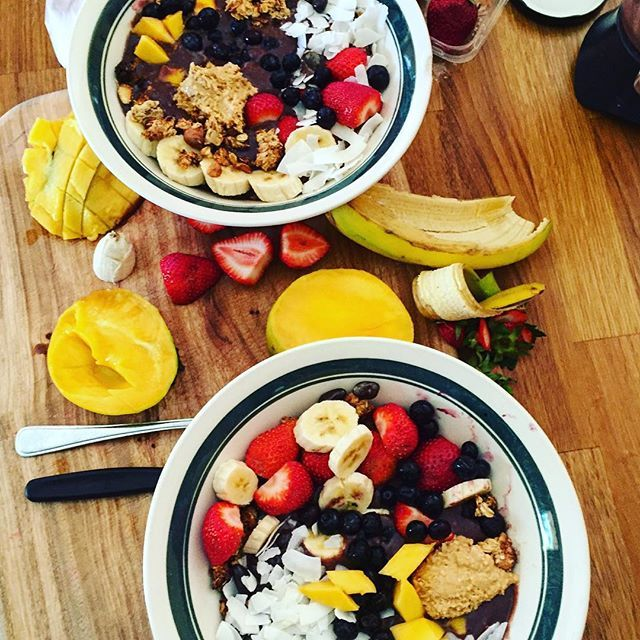 Acai bowls with my sister this morning // A whole lot of acai with banana granola, blueberries, strawberries, coconut flakes, gogi berries, mango and a bit of peanut butter to top it off... Delicious 😋 #acaibowl #health