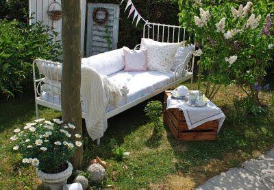 cosa c'è di meglio di un letto nel giardino di casa?