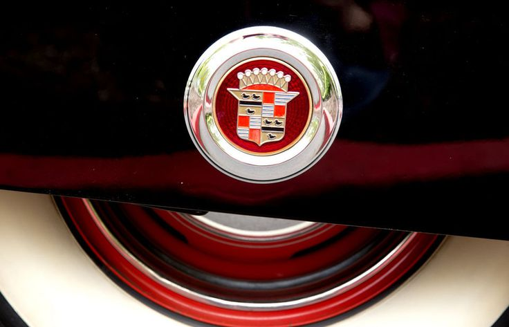 An emblem adorns the rear fender skirt of a 1941 Cadillac Series 61.