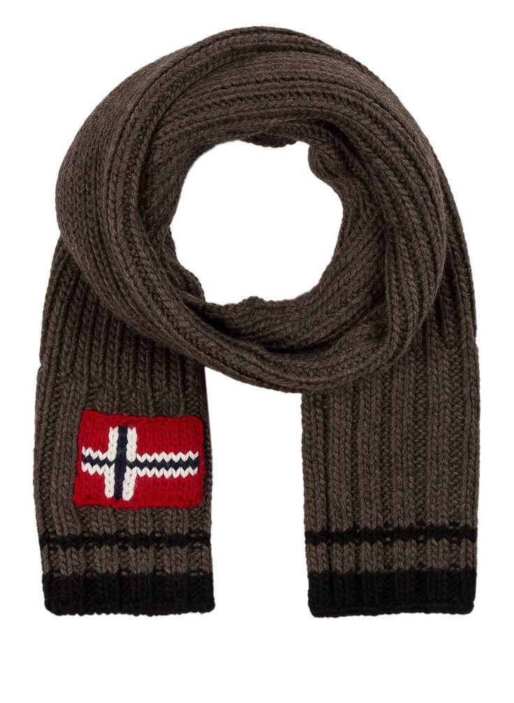 Der #Schal von #NAPAPIJRI hält angenehm warm. Während das dicke Material kalten Tagen die Stirn bietet, steht die norwegische Flaggen-Applikation in enger Verbindung zur Identität des Labels. Investieren Sie in eine perfekte Outdoor-Bekleidung!Details:Dickes Material #Flechtmuster #Norwegische #Flaggen-ApplikationMaße:156 x 25 cm