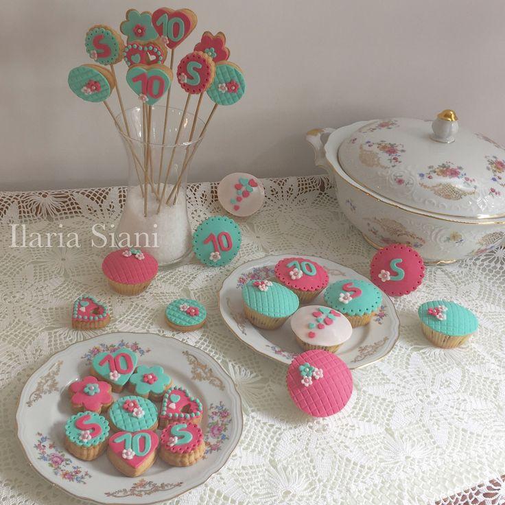 """Dolcetti sui toni verde Tiffany e fucsia 😋 #instafood #ilas #ilassweetness #biscotti #cupcakes #cakedesign #pastadizucchero #sugarpaste #festa #compleanno #happybirthday Per info e richieste contattami qui  www.facebook.com/ilascake  e se ti va metti """"mi piace"""" alla mia pagina 👍🏻"""