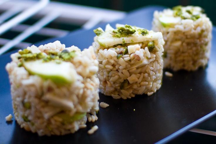 Insalata di riso integrale con mele verdi, formaggio stagionato di capra e granella di pistacchi e nocciole