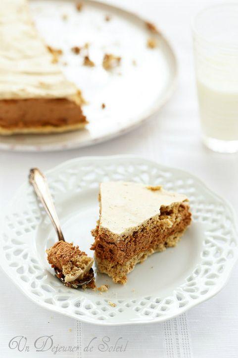 Gâteau meringue aux noisettes, mousse au chocolat et café