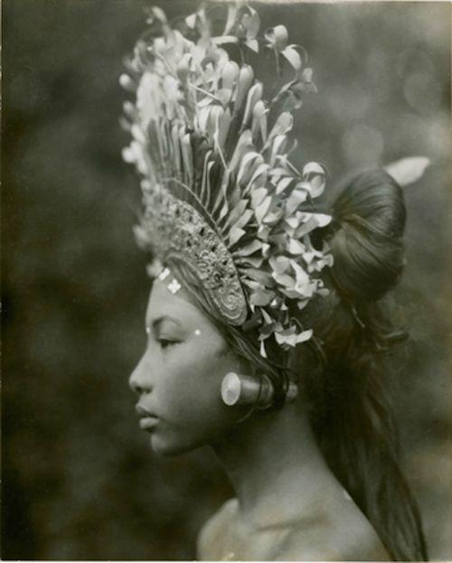 :: Legong Dancer - André Roosevelt,  Bali 1928 ::