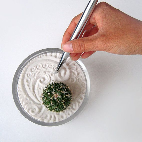 Make your own mini zen garden. Take an old tin lid, fill it with sand at the beach this summer … plunk in a tiny succulent or cactus and use a pen to create some paisley inspired graphics in the sand :}  Via: Wendiland.