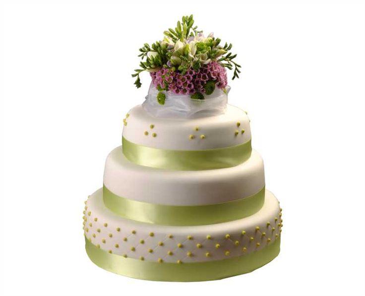 Svatební dort 36 Třípatrový svatební dort, o rozměrech 24 cm, 32 cm a 40 cm, obalen fondánem, dozdoben fréziemi, santikami, královskou glazurou a saténovými stuhami