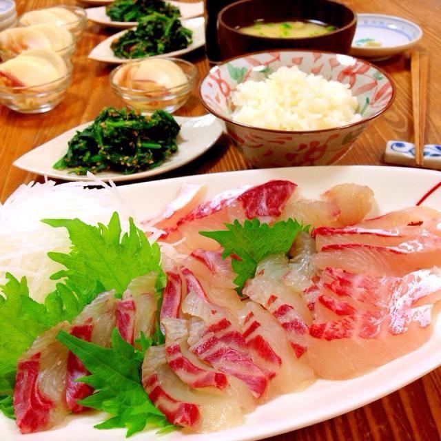 今日の晩ご飯✩⃛ 週イチで配達してもらってるお魚、今日は鯛のお造り♡ コリコリ!甘い!!美味し〜(*´pq`)♡ 主人は今晩当直で食べれず、可哀想(T_T) *ほうれん草の胡麻和え *じゃがいもと揚げの味噌汁 *自家製ぬか漬け(大根 みょうが) - 14件のもぐもぐ - 鯛のお造り♡ by harunameiHrc