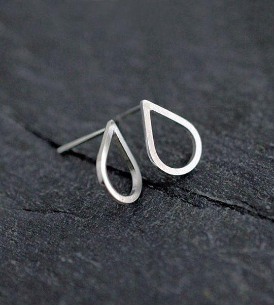 Funky øreringe i sølv med form som en dråbe