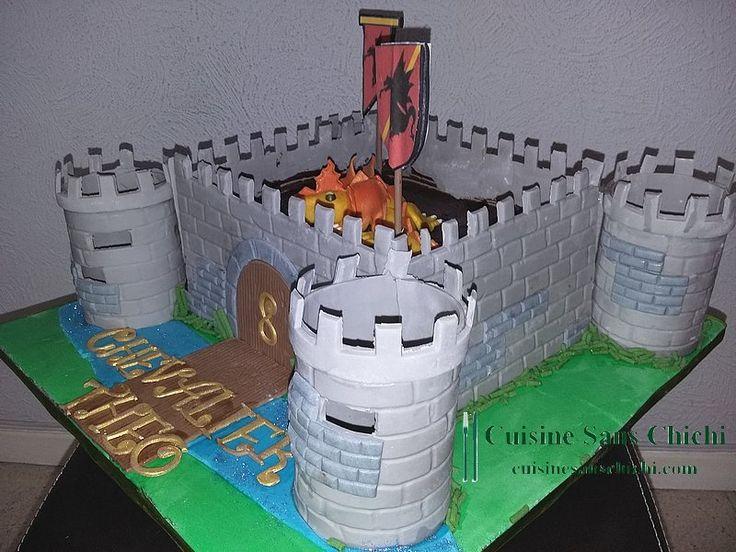 Gâteau à thème : chevalier pour anniversaire 8 ans d'un petit garçon. La décoration est réalisée à la main en pâte à sucre, tout est comestible