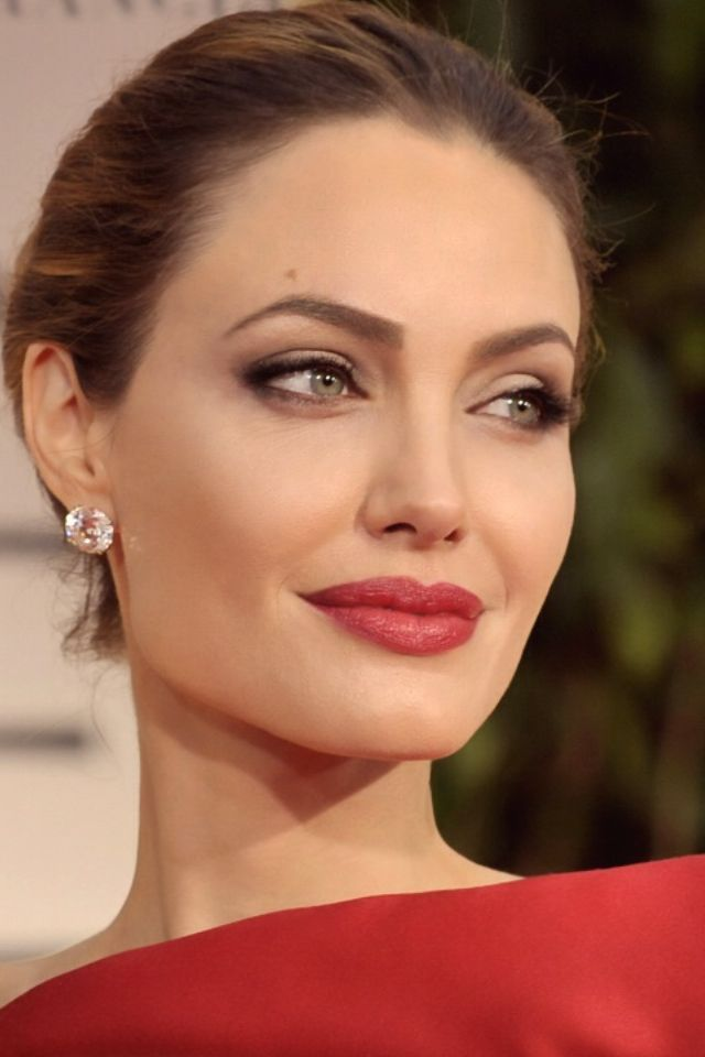 Angelina. Batom combinando com o vestido #makeup #maquiagem #vermelho