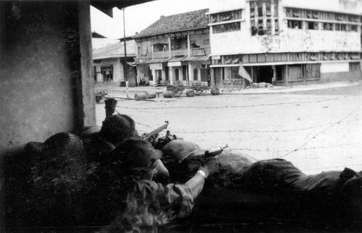 Bersiap-tijd, Indonesië. Actie Nederlandse militairen in Palembang, Zuid-Sumatra, Indonesië / Nederlands-Indië. Foto genomen door militair W...