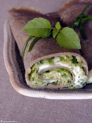 Galette rolled goat zucchini - Baking cakes: -130 g of buckwheat flour -2 eggs -30 ounces of water -30 g butter, melted -1 pinch of salt -Garnish -1 zucchini -1/2 log of goat cheese -basil fresh -Oil Olive -salt and pepper