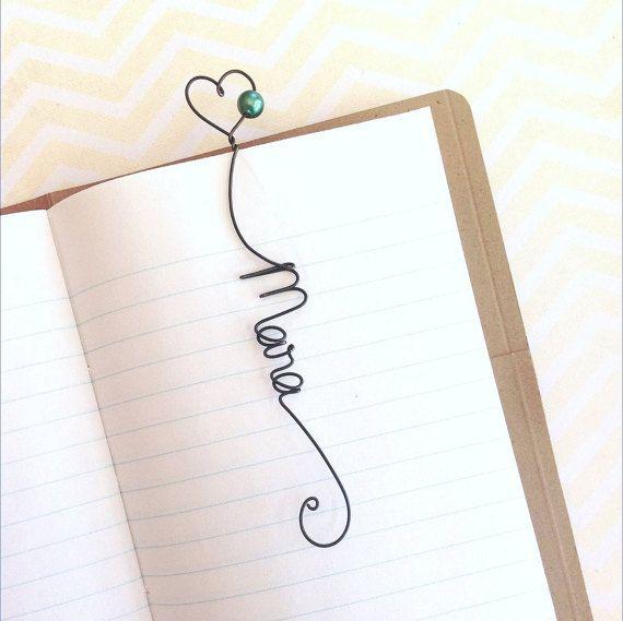 Dieses einzigartige, whimsical Lesezeichen macht ein fantastisches Geschenk für jeden Anlass. Als Hochzeit Gunst, Lehrer Geschenk oder Geschenk für Buchclub-Mitglieder geben. Verstauen Sie in einer Zeitschrift, Baby-Album, ein Buch oder Grußkarte.  Jede personalisierte Lesezeichen ist von mir handgefertigt aus einer einzigen Länge des Drahtes. Das Lesezeichen in Fotos oben ist ca. 4 1/2 lang und clips an den oberen Rand der Seite. Kann mit jedem einzelnen Namen oder ein Wort personalisie...