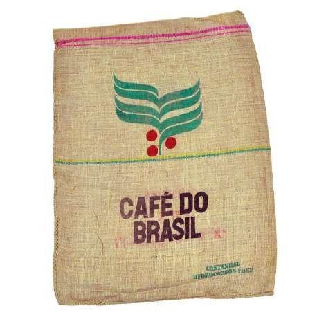Deze bedrukte jute zakken met Cafe Do Brasil zijn gevuld geweest met koffiebonen. De jute zakken worden door koffiebranders nog veelvuldig gebruikt omdat het jute een sterke stof is welke ook goed ventileert. Deze jute koffiezakken zijn erg leuk als decoratie in een koffiebar, restaurant of café. Creatieve toepassingen hebben deze jute zakken ook, zo worden er bijvoorbeeld kussens en tassen van gemaakt.